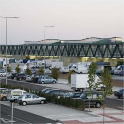 La amplitud del parking permite mayor libertad de movimiento a los grandes camiones y garantiza plazas de estacionamiento para todos los clientes.