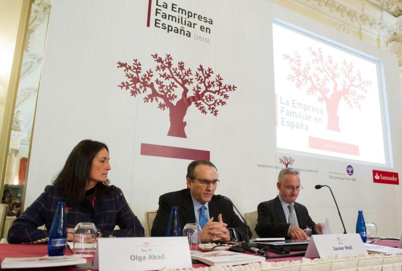 Olga Abad, directora del área de empresas de Santander España, que ha patrocinado el estudio; Javier Moll, presidente del IEF y Juan Corona, director general del IEF.