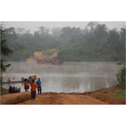 Estudiantes cruzando el río