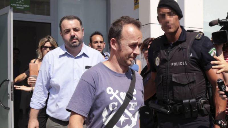 El padre de los dos hijos de Juana Rivas, en el centro, el pasado miércoles en Granada. PEPE TORRES EFE VÍDEO: ATLAS